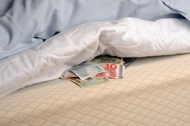 Bloomberg: Greeks Keep Their Money Under the Mattress | GreekReporter.com
